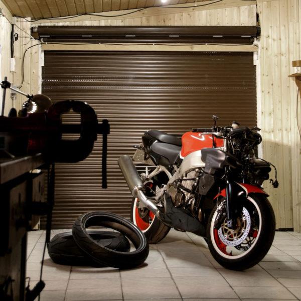 Garage für Motorrad - Motorrad in Rot