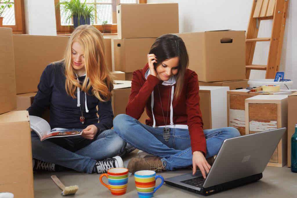 Studenten-zwei Maedchen - auf der Suche im Internet für guenstige Lagerraeume fuer Studenten